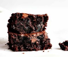 Unbelievably moist with rich taste are these Zucchini brownies! These healthy zucchini brownies for dessert are the perfect sweet treat for the summer. Make this easy zucchini brownie with chocolate chunks! Chocolate Morsels, Decadent Chocolate, Chocolate Brownies, Fudgy Brownies, Chocolate Lovers, Chocolate Desserts, Chocolate Chips, Chocolate Zucchini Cupcakes, Zucchini Cake