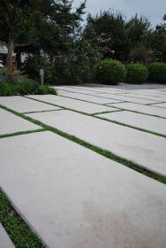 コンクリートのシンプルなデザイン。 植栽目地のラインが目をひきます。