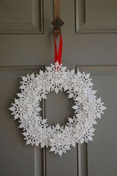 Try these amazing DIY Dollar store Christmas decor ideas! Best dollar store Xmas… Try these amazing DIY Dollar store Christmas decor ideas! Christmas table and tree decorating ideas for you! Noel Christmas, Simple Christmas, Christmas Ornaments, Beautiful Christmas, Christmas Dishes, Crochet Christmas, Hama Beads Christmas, Diy Christmas Tree Decorations, Unique Christmas Trees