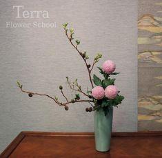 "Terra Flower School & Shop on Instagram: ""오늘 이케바나 수강생님의 작품입니다.🌟🤗 Today's Ikebana Lesson🌿 Style: Slanting style Heika . #ohararyu #ikebana #小原流 #いけばな #生け花 #瓶花  #花艺 #flower…"" Tropical Floral Arrangements, Spring Flower Arrangements, Ikebana Flower Arrangement, Ikebana Arrangements, Japanese Floral Design, Japanese Flowers, Nylon Flowers, Bonsai, Flower Packaging"
