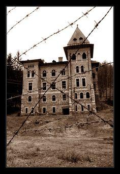 victorian-fangs:  Asylum - condemned      Asylum Condemnedby ~timtamon DeviantArt.
