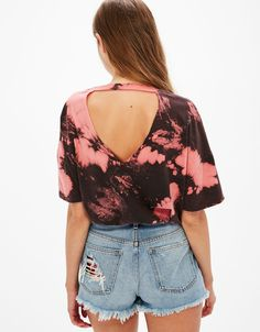 Tie-dye T-shirt with choker neck in back. Discover this and many more items in Bershka with new products every week Diy Tie Dye Shirts, Bleach Shirts, T Shirt Diy, Tie Dye Fashion, Diy Fashion, Ideias Fashion, Fashion Outfits, Ripped Shirts, Cut Up Shirts