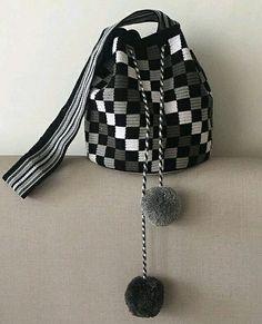 Crochet Patterns Bag Black & white wayuu with pompom. Crochet Shell Stitch, Bead Crochet, Diy Crochet, Bobble Stitch, Tapestry Bag, Tapestry Crochet, Crochet Handbags, Crochet Purses, Crochet Bags