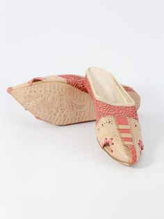 Pointed goat leather oriental shoe, decorated with carved and braided flower patterns. | Biyadina® BABOUCHE ADDICTION