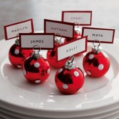 This is one of the EASIEST Xmas Dinner Recipes! Festive and perfect to the - Table Settings Christmas Place Cards, Christmas Names, Christmas Table Settings, Christmas Tea, Christmas Table Decorations, Decoration Table, Christmas Bulbs, Christmas Parties, Christmas Wedding