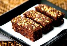 Sink your teeth into a decadent treat you love- with a healthy surprising twist no one will ever notice. These black bean brownies are wholesome, full of fiber and less than 100 calories. It's a dessert you can feel good about. No Bake Desserts, Healthy Desserts, Just Desserts, Delicious Desserts, Dessert Recipes, Yummy Food, Healthy Recipes, Sweet Desserts, Healthy Treats