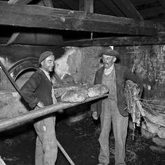 vieuxmetiers:Paysans d'Albiez le Vieux au four pour la cuisson du pain, 1959.