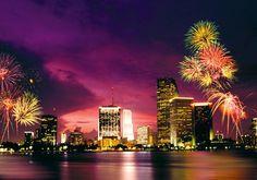 Gdybym wygrała teraz w lotto na sylwestra wybrałabym się do Miami! Chciałabym na własne oczy przekonać się czy tam faktycznie niebo jest takie niesamowite jak w serialu CSI-kryminalne zagadki Miami!  Ah to byłoby niesamowite! A to zdjęcie kusi jeszcze bardziej:D znalazłam je na : http://www.sonriso.pl/rejsy-wycieczkowe-kierunki-usa-10-galeria