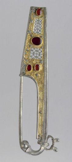 Fibula, 2 ° secolo, tardo romano, provincia romana, eseguito in Pannonia in argento, oro e quattro corniole.