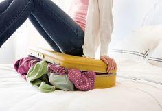 """Liste téléchargeable des essentiels de la valise - Question de ne rien oublier pour les vacances, on télécharge cette liste des essentiels de la valise!   L'organisation des valises avant un départ en voyage peut s'avérer un véritable casse-tête. En effet, l'adage """"bikini et brosse à dents"""" s'applique rarement!"""