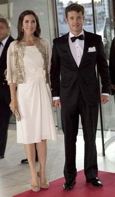 beautifull white dress and cape!