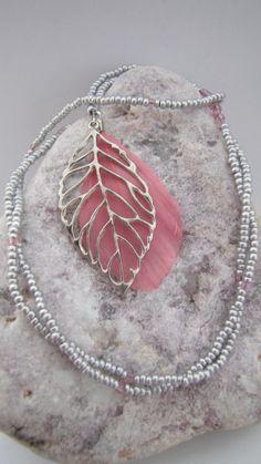 Collier Sautoir Plume et Feuille - Perles de rocaille - Bohème Chic - rose, argenté rhodié, blanc, noir : Collier par ancolie