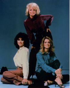 Barbara Mandrell and the Mandrell Sisters. We used to watch their show faithfully while it ran from Pictured left to right are Louise, Barbara and Irlene. Such beautiful and talented women. Country Music Stars, Old Country Music, Country Music Singers, Country Artists, Sisters Tv Show, The Band Perry, Music Photo, Girl Bands, Carlos Santana