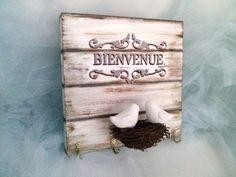 Quadro porta chaves-Bem vindo com ninho e pássaros com detalhes em stencil ,madeira Medidas: 22 x 22 x 2 cm Peça única