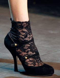 DOLCE & Gabbana Fashion Show Fall/Winter 2012 -2013   ON TREND - LACE SOCKETTES