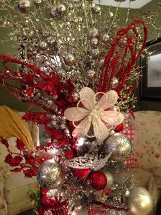Red and Silver Diy Christmas Wedding Centerpieces, Christmas Tree Decorations, Christmas Diy, Christmas Wreaths, Holiday Decor, Rama Seca, Holiday Tables, Front Porch, Wedding Ideas