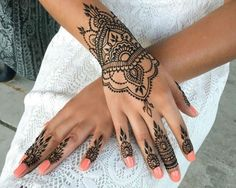 What is a Henna Tattoo? Henna tattoos are becoming very popular, but what precisely are they? Henna Tattoo Hand, Henna Tattoo Designs, Henna Tattoos, Tatuajes Tattoos, Henna Body Art, Henna Art, Wrist Tattoos, Tattoo Thigh, Side Tattoos