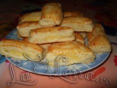 Pateuri cu branza Romanian Food, Pastry Cake, Hot Dog Buns, Appetizers, Cooking Recipes, Sweets, Bread, Cheese, Pastries