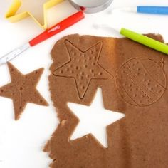 Homemade gingerbread playdough – do your holiday baking/planning/wrapping while keeping the kids entertained and the house smelling pretty.