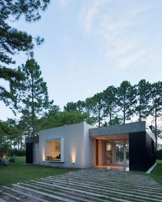 House in el Pinar by Nicolas Bechis - Santa Fe, Argentina Small House Design, Modern House Design, Residential Architecture, Architecture Design, Unusual Homes, Facade House, Mid Century House, Exterior Design, Design Interior