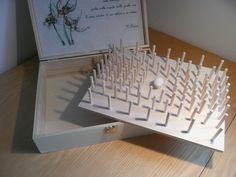 Da una scatola di compensato nata per contenere 2 bottiglie di vino abbiamo fatto una scatola per bobine di filo da cucire per un'amica speciale
