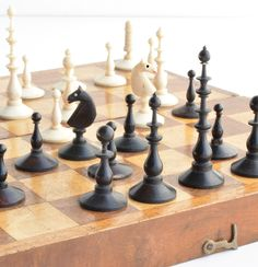 GERMAN PLAYING SET & BOARD CIRCA 1830-1860 Kings 6.3 cm Tall