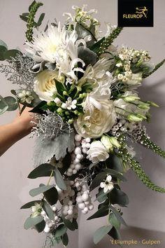 Wit waterval trouwboeket. Dit trouwboeket bevat verschillende soorten bloemen waaronder de lisianthus/eustoma, roos en bouvardia. Dit witte trouwboeket pas perfect bij een themabruiloft met de themakleur wit. Ook past het perfect bij een witte trouwjurk of valt het juist extra op bij een gekleurde trouwjurk. Dit bruidsboeket is gemaakt door Fleurop Bloemist 't Blumpke uit Gulpen. Floral Wreath, Wreaths, Home Decor, Floral Crown, Decoration Home, Door Wreaths, Room Decor, Deco Mesh Wreaths, Home Interior Design
