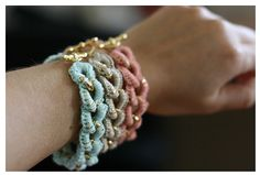 Beautiful set of bracelets! Love the colors and the little bling and closure! crochet sur chaine