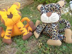 Kit animais safari ou selva.  Produzidos em feltro, com enchimento acrílico.  Não precisa de apoio.  O valor equivale ao kit com 10 peças: leão, zebra, hipopótamo, tigre, onça, macaco, girafa, urso, panda e elefante.  IDEAL PARA DECORAÇÃO OU CENTRO DE MESA DE FESTA INFANTIL.   Pode acrescentar ou...