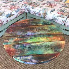 Top funky table ronde peinte coloré autour des tables en   Etsy Colorful Kitchen Tables, Painted Kitchen Tables, Painted Coffee Tables, Wood And Metal Table, Wood Table, Dining Table, Pipe Table, Rustic Table, Door Wood