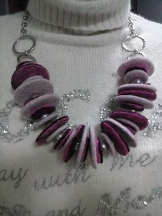 mix di materiale... collana con cerchi in argento antichizzato, cerchi in feltro e distanziatori in perle di vari materiali