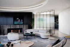 Une maison ronde par Dennis Gibbens Architects Berverly Hills salon rond canapé demi cercle fausse cheminée tapis géant rond paravent en verre design décoration intérieur idée inspiration déco morderne