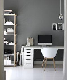 grau wand, arbeitszimmer einrichtung, weißer schreibtisch mit komputer, regale mit dokumenten