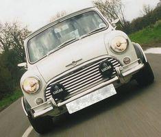La imagen puede contener: coche Black Mini Cooper, Cooper Car, Classic Mini, Subaru, Spy, Minis, Automobile, Action, Racing
