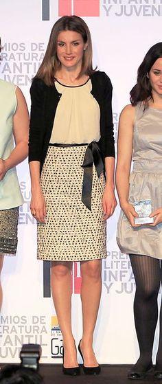 La Reina lo estrenó el 13 de marzo de 2012 en la entrega de los premios de literatura infantil Barco de Vapor. Entonces doña Letizia lo llevó con un lazo en la cintura y una chaquetita de punto negra.