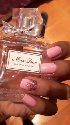 Pretty in pink 💅 #prettynails #glitter #nailart #missdior #perfume #pinknails #shortnails #gelnails