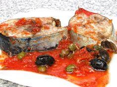 Ton cu roşii şi capere la cuptor Fish Recipes, Vegetable Pizza, Quiche, Vegetables, Breakfast, Food, Calamari, Pisces, Morning Coffee