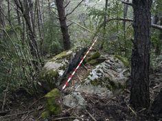 Piedra tajada, piedra bocadillo... ubicada en un monte de Gavín (Huesca).