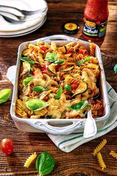 Zapiekanka makaronowa jest dobra na każdy głód. Zobacz nasz przepis na pyszną zapiekankę z cukinią, pieczarkami, papryką i sosem!