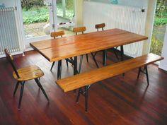 """De """"Pirkka"""" serie is ontworpen door Tapiovaare voor Laukaan Puu, Ltd. De set bestaat uit een eettafel, lange bank en 4 stoelen. Aan de onderzijde is de tafel gebrandmerkt. De complete set is door de huidige eigenaar in 1958 (Ca.) aangeschaft bij """"De Bijenkorf""""."""