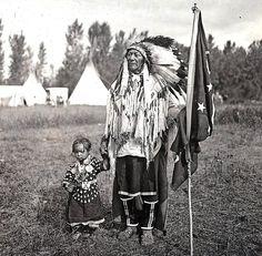 Jefe muchos golpes de estado y el niño. Cuervo. Montana. Principios de la década de 1900. Foto por A.A. Forsyth.