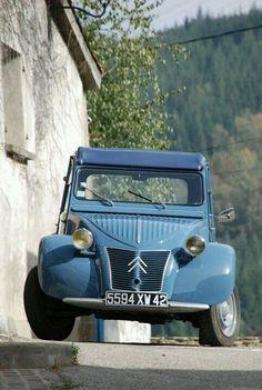 Retrouvez toutes les 2CV bleu et restaurez votre deuche grâce aux plus de 2000 pièces détachées que nous proposons sur : www.mcda.com #2cv #deuche #mehari #citroen Psa Peugeot Citroen, Automobile, 2cv6, Cabriolet, Transporter, Cute Cars, Amazing Cars, Old Cars, Sport Cars