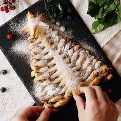 #Árbol #Navideño de Nutella⠀ *Guarda esta receta en la app. Link en la bio*⠀ INGREDIENTES:⠀ 2 hojas de #hojaldre⠀ 50 gr. de #nutella⠀ 30 gr. de #almendras en cubitos⠀ 1 yema de #huevo⠀ PROCEDIMIENTO:⠀ Cortar la masa de hojaldre en forma de un árbol de Navidad.⠀ Untar la nutella en la masa de hojaldre y espolvorear con almendras en cubitos.⠀ Colocar la otra masa de hojaldre en la parte superior. Cortar las rendijas en ambos lados separándolas a 1 cm. de distancia, dejando el centro intacto.⠀…