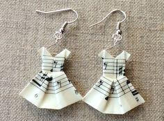 Boucles d'oreille en origami faites avec des partitions de musique ivoires aux notes noires. Les robes sont suspendues sur leur cintre en fil de cuivre argenté et mesurent environ - 10235867