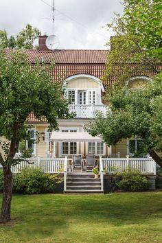 Beautiful Buildings, Beautiful Homes, Beautiful Gardens, Scandinavian Home Interiors, Yellow Houses, Swedish House, Garden Pool, House Goals, Winter Garden