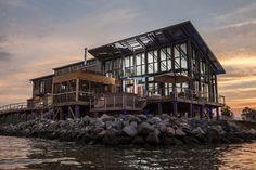 A casa dos sonhos que exigiu reformas até mesmo na praia onde fica a residência