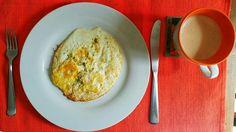 Ovos fritos na manteiga, café com creme de leite fresco e óleo de coco