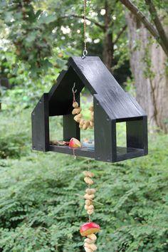 KARWEI | De vogels zullen smullen uit dit leuke vogelhuisje. #karwei #diy #wooninspiratie Wood Bird Feeder, Bird House Feeder, Bird Feeders, Scrap Wood Projects, Woodworking Projects, Diy Projects, Wood Crafts, Diy And Crafts, Bird Houses Diy