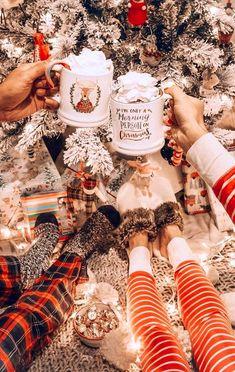 Diy Christmas Mugs, Cosy Christmas, Christmas Feeling, Christmas Porch, Vintage Christmas, Christmas Time, Christmas Wreaths, Christmas Decorations, Christmas Design
