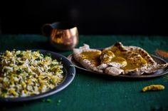 O molho ainda quente de mostarda, mel e especiarias traz uma nova dimensão aos bifes de peru. O arroz, repleto de ervas aromáticas é uma delícia